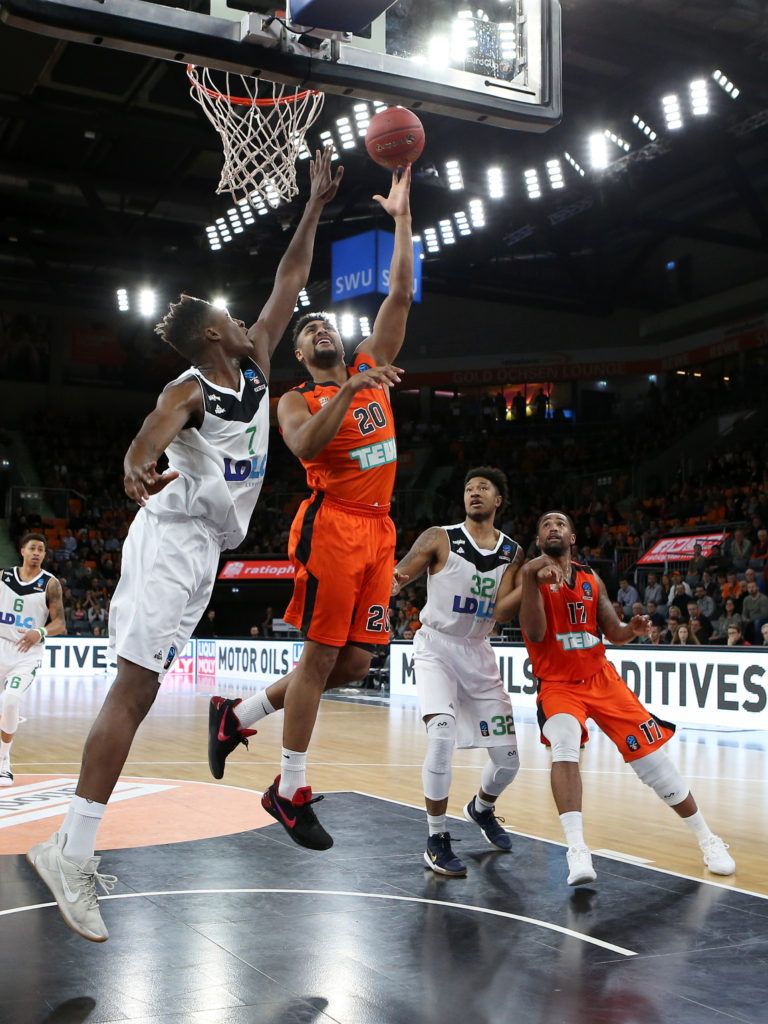 Alpha Kaba ( ASVEL VILLEURBANNE ) Neuzugang Jerrelle Benimon ( ratiopharm ulm ), ratiopharm ulm vs. ASVEL VILLEURBANNE, 7DAYS EuroCup, Basketball, 06.12.2017, Foto: Langer/Eibner-Pressefoto